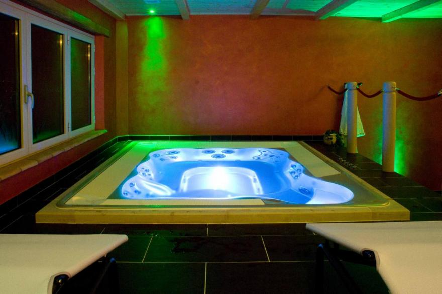 Beauty centre in Todi: Jacuzzi mini swimming pool | Agriturismo ...