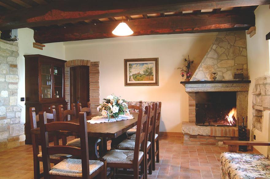 Ristorante e interni casale delle lucrezie for Sala con camino